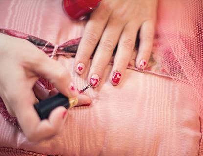 Cómo eliminar las manchas de esmalte de uñas de la ropa