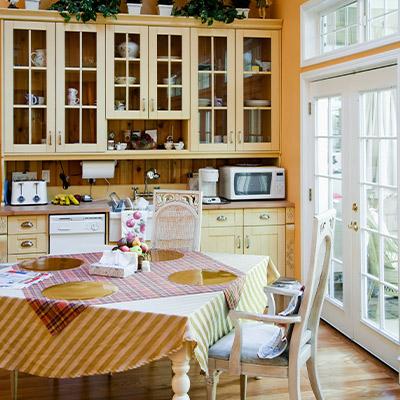 cocina rustica con mesa y manteles